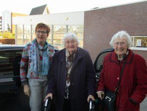 """Een van de """"chauffeurs"""" met 2 enthousiaste dames."""