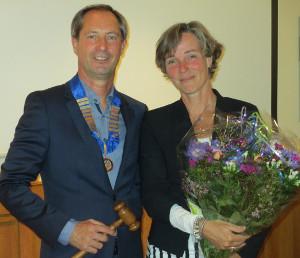 Huub Fabels ontvangt hamer van Marie-Louise Oosterloo